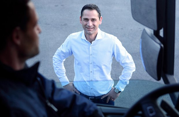 Andreas Fluckinger samtalar med en lastbilsförare